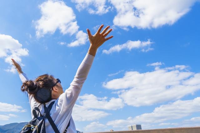 空に向かって万歳